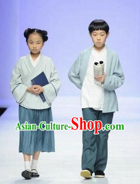 Traditional Chinese Clothing and Books Two Sets for Primary School Students